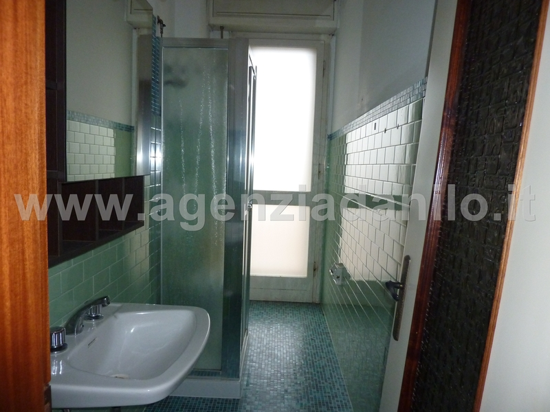 bathroom whit shower - apartment